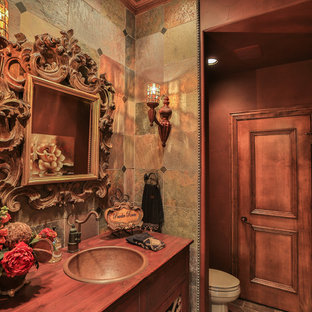 Immagine di una stanza da bagno padronale vittoriana di medie dimensioni con ante lisce, ante marroni, WC a due pezzi, piastrelle beige, piastrelle marroni, piastrelle in ceramica, pareti beige, pavimento con piastrelle in ceramica, lavabo da incasso, top in legno e pavimento beige