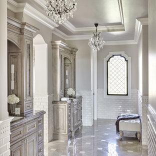 Ispirazione per una stanza da bagno mediterranea con ante con bugna sagomata, ante grigie, piastrelle bianche, piastrelle diamantate, pareti grigie, lavabo sottopiano, pavimento grigio, top grigio, due lavabi, mobile bagno incassato e soffitto ribassato
