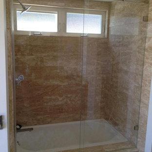 Modelo de cuarto de baño principal, contemporáneo, pequeño, con lavabo con pedestal, bañera exenta, ducha abierta, baldosas y/o azulejos beige, baldosas y/o azulejos de terracota, paredes verdes y suelo de baldosas de porcelana