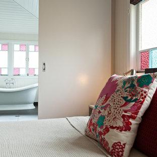Удачное сочетание для дизайна помещения: ванная комната среднего размера в классическом стиле с отдельно стоящей ванной, угловым душем, белыми стенами и полом из сланца - самое интересное для вас