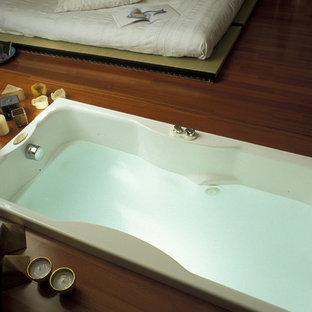 Стильный дизайн: маленькая ванная комната в восточном стиле с желтыми стенами и светлым паркетным полом - последний тренд