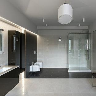 Idéer för att renovera ett stort funkis badrum, med en hörndusch, en bidé, grå väggar, klinkergolv i porslin, ett undermonterad handfat och granitbänkskiva