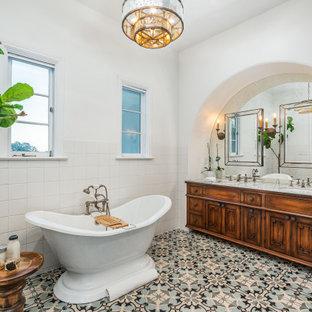 Стильный дизайн: большая главная ванная комната в средиземноморском стиле с фасадами островного типа, искусственно-состаренными фасадами, отдельно стоящей ванной, двойным душем, унитазом-моноблоком, белой плиткой, цементной плиткой, белыми стенами, полом из цементной плитки, врезной раковиной, мраморной столешницей, синим полом, открытым душем и белой столешницей - последний тренд