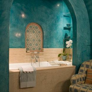 Esempio di una stanza da bagno con doccia mediterranea di medie dimensioni con vasca da incasso, piastrelle multicolore, pareti blu, piastrelle in ceramica e pavimento con piastrelle a mosaico