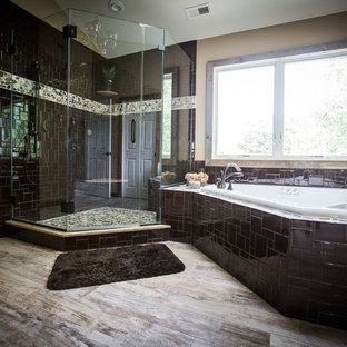 Immagine di un'ampia stanza da bagno padronale rustica con lavabo sottopiano, ante con riquadro incassato, ante grigie, top in granito, vasca idromassaggio, doccia a filo pavimento, WC monopezzo, piastrelle marroni, piastrelle a mosaico, pareti beige e pavimento in gres porcellanato