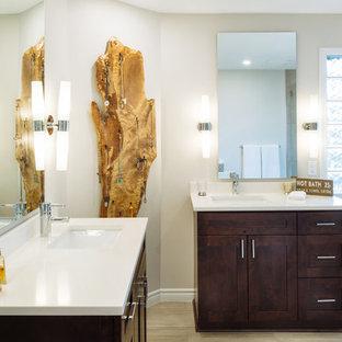 Modelo de cuarto de baño principal, rústico, grande, con armarios estilo shaker, puertas de armario marrones, bañera exenta, ducha esquinera, bidé, baldosas y/o azulejos marrones, baldosas y/o azulejos de porcelana, paredes beige, suelo de baldosas de porcelana, lavabo bajoencimera y encimera de mármol