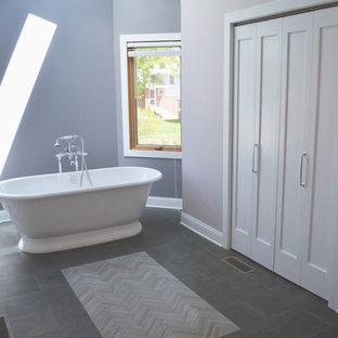 Стильный дизайн: огромная главная ванная комната в классическом стиле с фасадами с утопленной филенкой, белыми фасадами, отдельно стоящей ванной, угловым душем, раздельным унитазом, черно-белой плиткой, мраморной плиткой, фиолетовыми стенами, полом из сланца, врезной раковиной, столешницей из искусственного кварца, серым полом и душем с распашными дверями - последний тренд