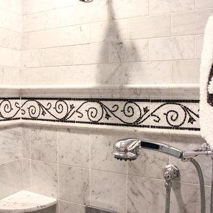 Foto på ett stort shabby chic-inspirerat badrum med dusch, med luckor med profilerade fronter, en toalettstol med hel cisternkåpa, beige kakel, keramikplattor, beige väggar, klinkergolv i keramik, ett nedsänkt handfat, marmorbänkskiva och vita skåp