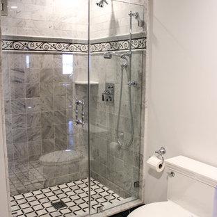 Foto di una grande stanza da bagno con doccia stile shabby con ante a filo, WC monopezzo, piastrelle beige, piastrelle in ceramica, pareti beige, pavimento con piastrelle in ceramica, lavabo da incasso, top in marmo, ante bianche e doccia alcova