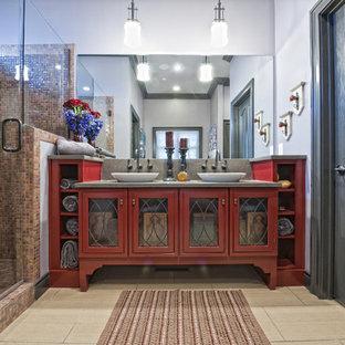 Idee per una stanza da bagno boho chic con ante rosse