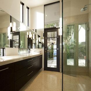 Immagine di una stanza da bagno padronale moderna di medie dimensioni con ante in legno bruno, lavabo sottopiano, ante lisce, doccia a filo pavimento, piastrelle beige, piastrelle in pietra, pareti beige e pavimento in marmo