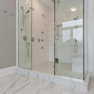 Idéer för att renovera ett stort vintage grå grått en-suite badrum, med skåp i shakerstil, vita skåp, en hörndusch, grå kakel, keramikplattor, grå väggar, klinkergolv i porslin, granitbänkskiva, grått golv och dusch med gångjärnsdörr