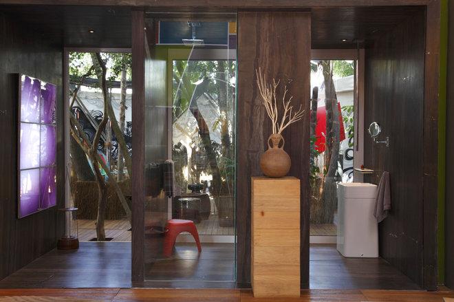 Modern Bathroom by Evelyn Muller