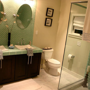 Пример оригинального дизайна: ванная комната в классическом стиле с настольной раковиной, фасадами в стиле шейкер, темными деревянными фасадами, столешницей из плитки, угловым душем, раздельным унитазом, зеленой плиткой и зеленой столешницей