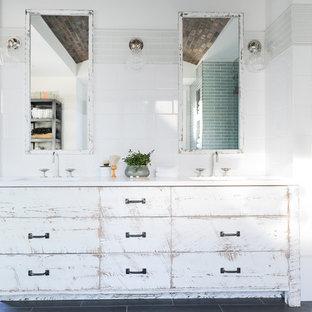 Imagen de cuarto de baño principal, de estilo de casa de campo, grande, con armarios con paneles lisos, ducha doble, baldosas y/o azulejos de vidrio laminado, paredes blancas, lavabo bajoencimera, encimera de mármol, ducha abierta, suelo de baldosas de cerámica, suelo gris, puertas de armario con efecto envejecido, baldosas y/o azulejos blancos y encimeras blancas
