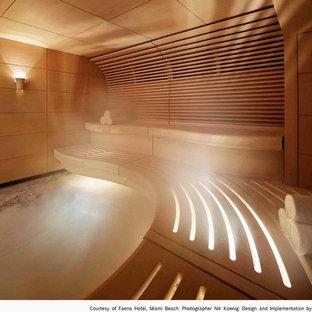Großes Modernes Badezimmer mit flächenbündigen Schrankfronten, hellen Holzschränken, schwarz-weißen Fliesen, Steinplatten, Marmorboden, Waschtisch aus Holz und Sauna in Miami