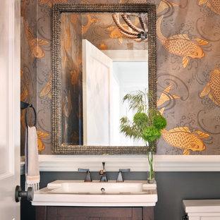 Esempio di una stanza da bagno classica con ante in legno bruno e lavabo a consolle