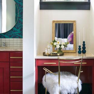 Modelo de cuarto de baño principal, clásico renovado, grande, con puertas de armario rojas, paredes blancas, suelo de baldosas de porcelana, encimera de acrílico, suelo beige, encimeras beige, armarios tipo mueble y baldosas y/o azulejos blancos
