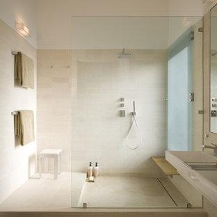 Mittelgroßes Modernes Badezimmer En Suite mit offener Dusche, beigefarbenen Fliesen, beiger Wandfarbe, Kalkstein, Trogwaschbecken, offener Dusche, Kalkfliesen, beigem Boden und Duschbank in Austin