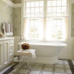 Immagine di una grande stanza da bagno padronale tradizionale con vasca freestanding, pareti multicolore, ante bianche, top in marmo, piastrelle multicolore, piastrelle a mosaico, pavimento con piastrelle a mosaico e ante con bugna sagomata