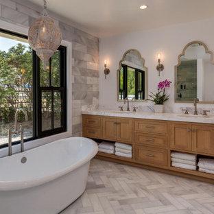 Foto på ett stort vintage grå en-suite badrum, med skåp i shakerstil, skåp i mellenmörkt trä, ett fristående badkar, grå kakel, porslinskakel, marmorgolv, ett undermonterad handfat, marmorbänkskiva och grått golv