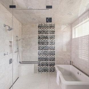Идея дизайна: большая главная ванная комната в стиле современная классика с мраморной столешницей, отдельно стоящей ванной, белой плиткой, плиткой мозаикой, серыми стенами, мраморным полом, нишей и сиденьем для душа