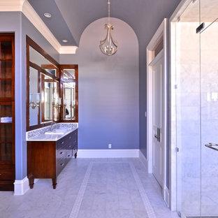 Idee per una grande sauna tradizionale con lavabo da incasso, ante lisce, ante in legno bruno, top in marmo, vasca freestanding, WC monopezzo, piastrelle bianche, pareti grigie e pavimento in marmo