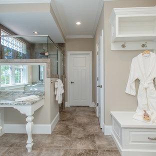 Imagen de cuarto de baño clásico con armarios con paneles con relieve, puertas de armario blancas, baldosas y/o azulejos marrones y paredes beige