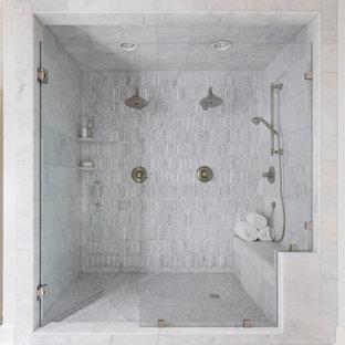 Идея дизайна: ванная комната в стиле современная классика с душем в нише, серой плиткой, белыми стенами, серым полом, душем с распашными дверями и сиденьем для душа