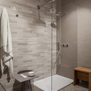 Foto de cuarto de baño principal, moderno, de tamaño medio, con armarios abiertos, puertas de armario de madera clara, ducha abierta, sanitario de una pieza, baldosas y/o azulejos beige, baldosas y/o azulejos de porcelana, paredes beige, suelo de baldosas de porcelana y encimera de acrílico