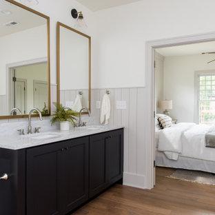 Klassisk inredning av ett mellanstort grå grått en-suite badrum, med skåp i shakerstil, svarta skåp, marmorkakel, mellanmörkt trägolv, ett undermonterad handfat, marmorbänkskiva, brunt golv och vita väggar