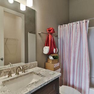 Immagine di una stanza da bagno con doccia chic di medie dimensioni con ante in stile shaker, ante in legno bruno, vasca ad alcova, vasca/doccia, WC a due pezzi, piastrelle bianche, piastrelle in gres porcellanato, pareti beige, pavimento in vinile, lavabo sottopiano, top in granito, pavimento grigio e doccia con tenda