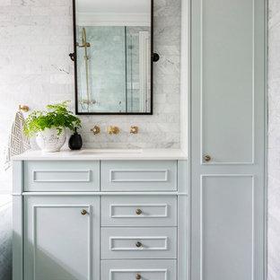 Ispirazione per una stanza da bagno tradizionale con ante in stile shaker, ante verdi, vasca da incasso, piastrelle grigie, piastrelle di marmo, pavimento in marmo, lavabo sottopiano, top in marmo e top bianco