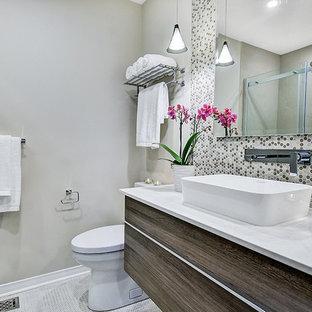 Idee per una stanza da bagno minimal di medie dimensioni con ante lisce, ante marroni, doccia alcova, WC monopezzo, piastrelle beige, piastrelle a mosaico, pareti beige, pavimento con piastrelle in ceramica, lavabo a bacinella, top in onice, pavimento beige e porta doccia scorrevole