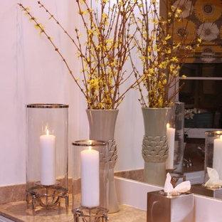 Immagine di una stanza da bagno padronale contemporanea di medie dimensioni con WC monopezzo, pareti rosse, lavabo sottopiano, top in granito, vasca sottopiano, piastrelle a mosaico e pavimento in legno massello medio