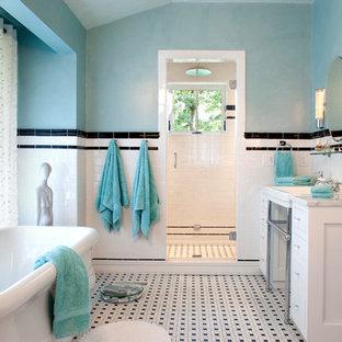 На фото: ванная комната в классическом стиле с отдельно стоящей ванной, плиткой мозаикой, консольной раковиной, черно-белой плиткой и разноцветным полом с