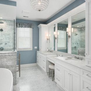 Idee per una stanza da bagno padronale classica con ante con riquadro incassato, ante bianche, doccia ad angolo, piastrelle grigie, piastrelle di marmo, pareti blu, pavimento in marmo, lavabo sottopiano, top in marmo, pavimento grigio e top grigio