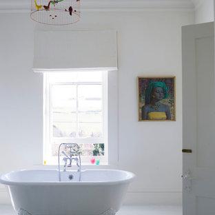 サセックスのエクレクティックスタイルのおしゃれな浴室 (家具調キャビネット、白いキャビネット、大理石の洗面台、置き型浴槽、段差なし、白いタイル、セラミックタイル、白い壁、淡色無垢フローリング) の写真