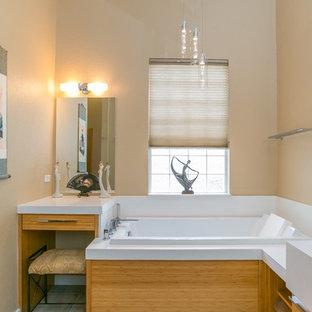 Foto di una stanza da bagno padronale etnica di medie dimensioni con ante lisce, ante in legno scuro, vasca giapponese, doccia aperta, piastrelle bianche, piastrelle diamantate, pareti beige, pavimento in ardesia, lavabo sottopiano, top in quarzo composito e doccia aperta
