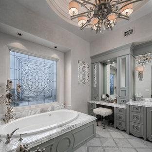 Идея дизайна: огромная главная ванная комната в стиле модернизм с фасадами островного типа, серыми фасадами, накладной ванной, душем в нише, раздельным унитазом, разноцветной плиткой, зеркальной плиткой, бежевыми стенами, полом из керамогранита, накладной раковиной, мраморной столешницей, разноцветным полом, душем с распашными дверями и разноцветной столешницей
