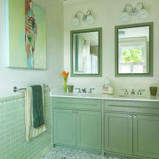 Inredning av ett klassiskt badrum, med ett undermonterad handfat, skåp i shakerstil, gröna skåp, grön kakel och beige väggar