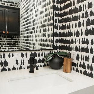 Diseño de cuarto de baño con ducha, moderno, pequeño, con armarios con puertas mallorquinas, puertas de armario blancas, baldosas y/o azulejos blancos, paredes negras, lavabo bajoencimera, encimera de cuarzo compacto y encimeras blancas