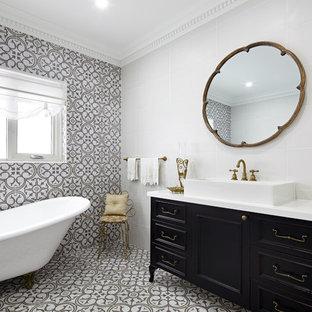 Immagine di una stanza da bagno padronale vittoriana con ante nere, vasca con piedi a zampa di leone, piastrelle beige, piastrelle bianche, piastrelle in ceramica, lavabo a bacinella e ante con riquadro incassato