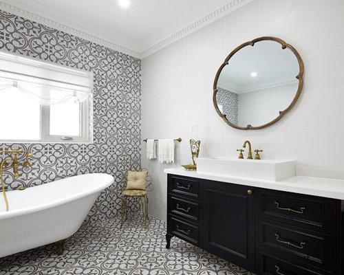 Salle de bain avec une baignoire sur pieds et des carreaux - Salle de bain avec baignoire sur pied ...