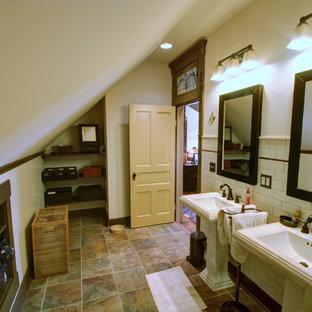 Foto di una stanza da bagno country con lavabo a colonna e piastrelle diamantate