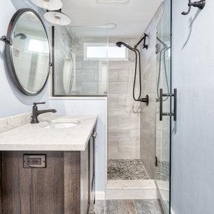 Пример оригинального дизайна: маленькая ванная комната в стиле кантри с фасадами с утопленной филенкой, фасадами цвета дерева среднего тона, раздельным унитазом, серой плиткой, врезной раковиной, столешницей из меди, серым полом, душем с распашными дверями, белой столешницей, нишей, тумбой под одну раковину и напольной тумбой