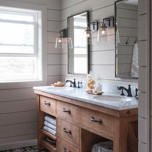 Свежая идея для дизайна: главная ванная комната среднего размера в стиле кантри с открытыми фасадами, фасадами цвета дерева среднего тона, ванной в нише, душем в нише, раздельным унитазом, серой плиткой, керамической плиткой, серыми стенами, полом из керамической плитки, врезной раковиной, мраморной столешницей, черным полом и шторкой для душа - отличное фото интерьера