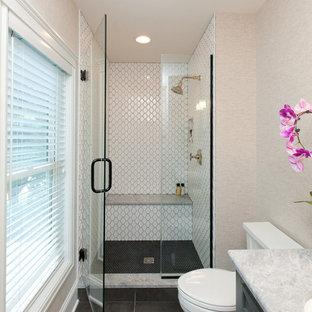 Foto di una piccola stanza da bagno country con ante grigie, WC a due pezzi, pareti beige, pavimento con piastrelle in ceramica, lavabo sottopiano, top in onice, pavimento marrone, porta doccia a battente e top grigio