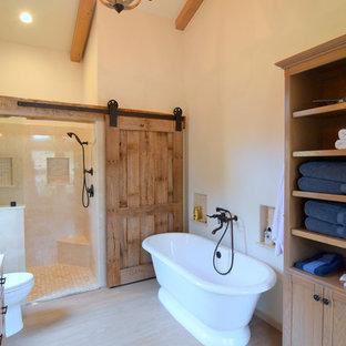 Inredning av ett lantligt stort en-suite badrum, med skåp i shakerstil, skåp i mellenmörkt trä, ett fristående badkar, en kantlös dusch, en toalettstol med hel cisternkåpa, beige kakel, porslinskakel, beige väggar, klinkergolv i keramik, ett undermonterad handfat och marmorbänkskiva