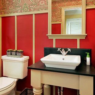 Foto di una stanza da bagno country con lavabo a bacinella e pareti rosse